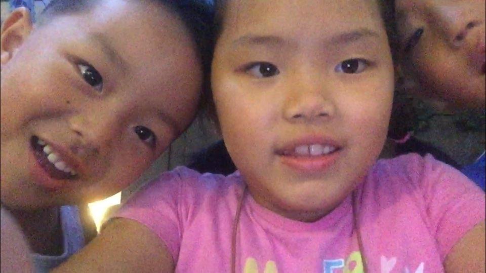 """동영상 찍는 아이들 """"안녕하세요. 저희는 암사동 삼남매입니다"""""""