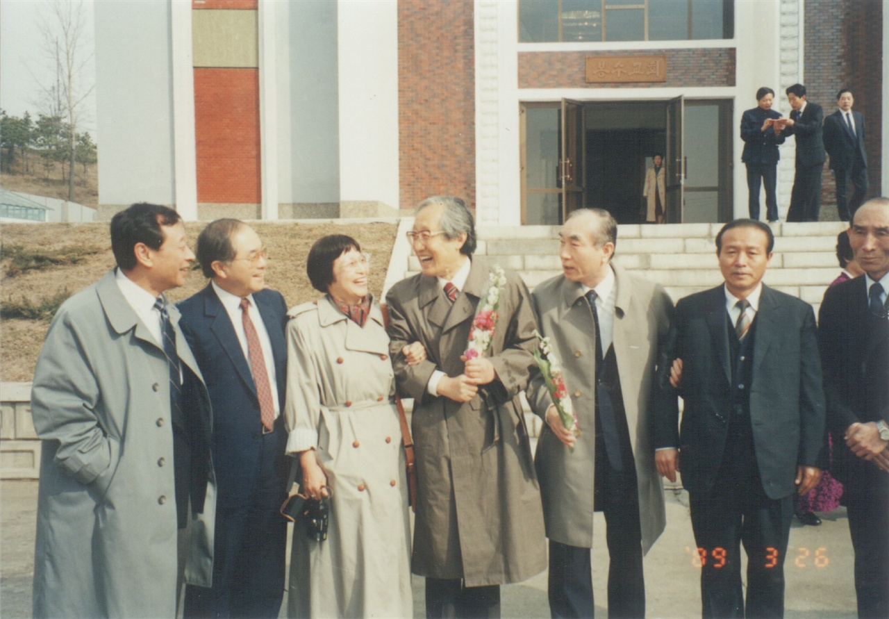 봉수교회에서 문익환 평양 봉수교회 앞에서 문익환 목사의 모습.