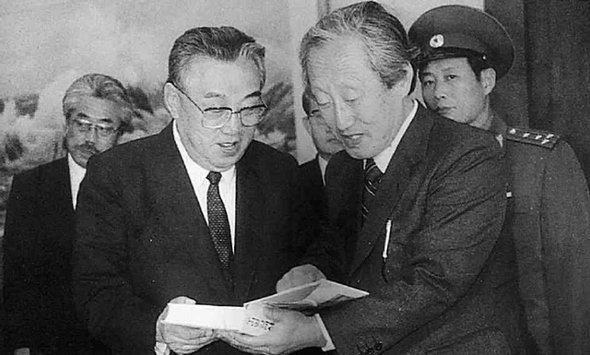 겨레말사전 문익환 목사는 김 주석을 만나서 박용수의 '겨레말사전'을 선물했다.