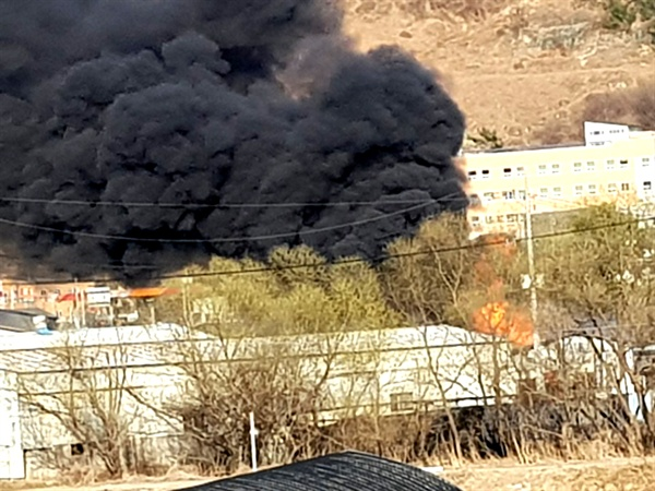 14일 오후 김해 진영읍 좌곤리 소재 목재소에서 불이 났다.
