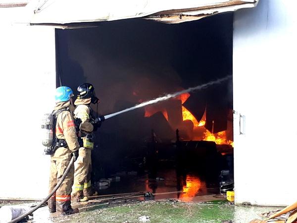14일 김해 진영읍 좌곤리 소재 목재소에서 화재가 발생해 소방대원이 진화작업을 벌이고 있다.