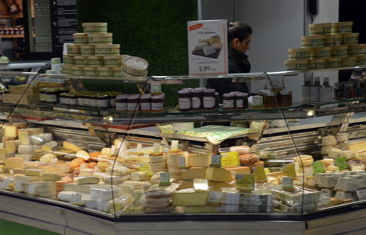 치즈 가게 치즈의 나라답게 커다란 대륙치즈가 손님들을 기다리고 있다.