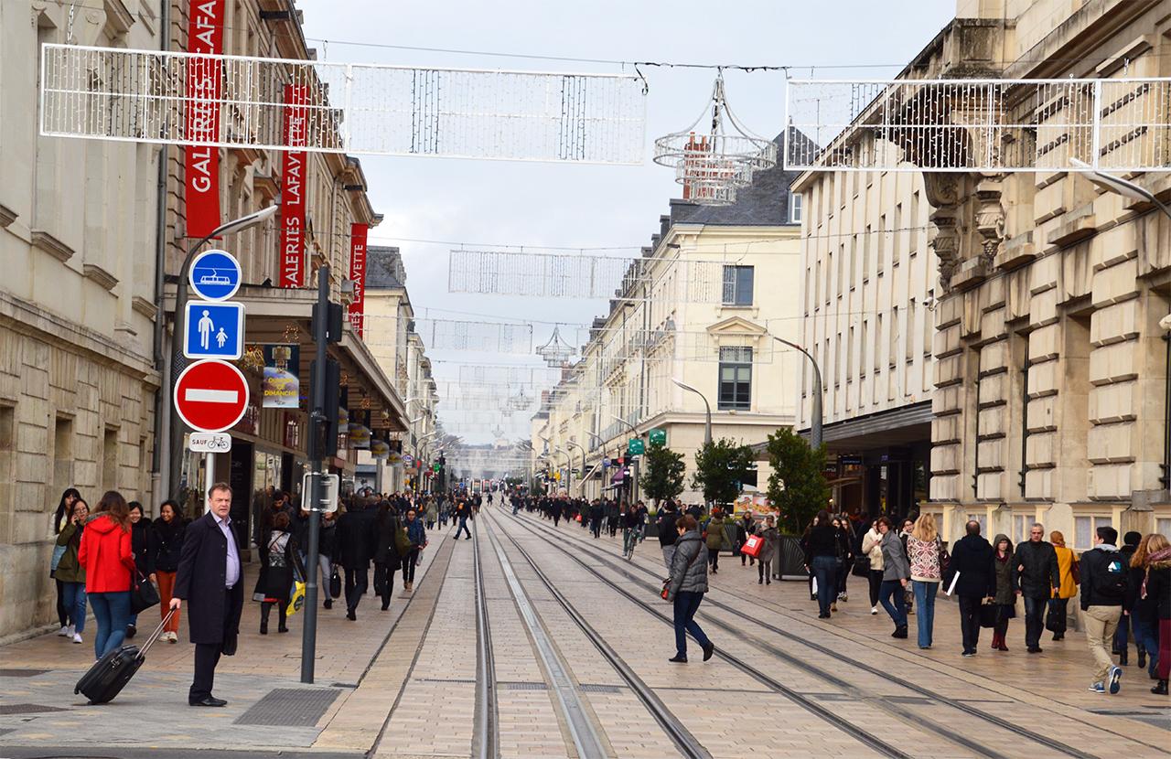 나시오날 거리 투르 최대의 번화가인 이 거리에 수많은 투르 시민들이 쏟아져 나왔다.