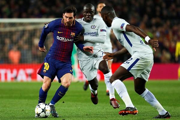 2018년 3월 15일 오전 4시 45분(한국시간) 스페인 캄프 투 경기장에서 열린 FC바르셀로나와 첼시의 챔피언스리그 16강 경기. 바르셀로나의 리오넬 메시가 첼시의 은골로 캉테와 공을 두고 경쟁하고 있다.