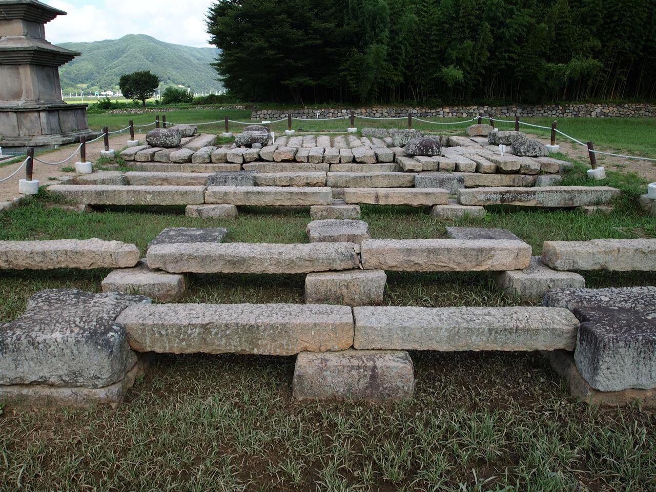 감은사지 감은사지 금당지의 모습, 호국의 용이 된 문무왕이 머물 수 있는 구조로 조성되었다.