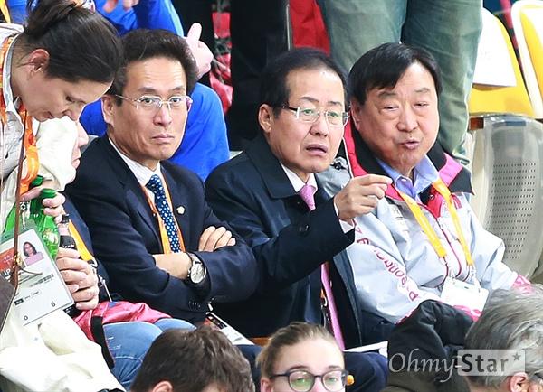 홍준표 자유한국당 대표가 15일 평창동계패럴림픽 휠체어컬링 한국 대 중국의 경기를 응원하기 위해 강릉 컬링센터를 찾았다. 왼쪽부터 자유한국당 함진규 정책위의장, 홍 대표. 홍 대표 오른쪽은 이희범 평창올림픽·패럴림픽 조직위원장.