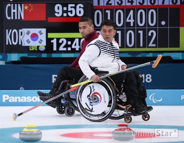 15일 오후 강원도 강릉 강릉컬링센터에서 열린 2018평창패럴림픽 컬링 대한민국 대 중국 경기에서 차재관 선수가 스톤을 보고 있다.
