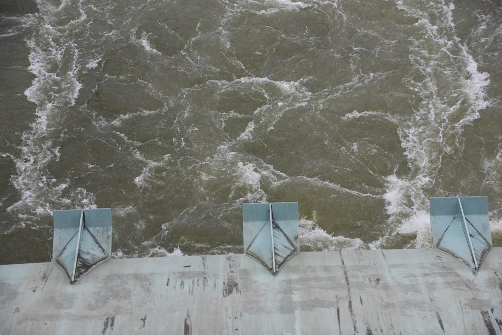 상주보 수문이 열리자 강물이 세차게  흘러내리고 있다