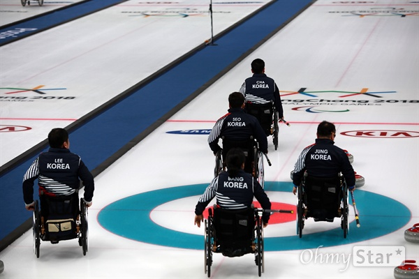 평창동계패럴림픽 휠체어컬링 한국 대 노르웨이의 준결승이 16일 오후 강릉 컬링센터에서 진행됐다. 성이 모두 달라 '오(五)벤저스'로 불리는 한국 대표팀이 경기 전 시트 위에서 이동하고 있다.