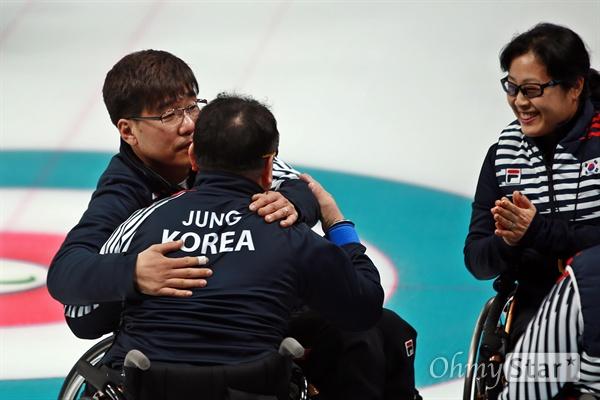 '형님, 오늘 잘해봐요' 평창동계패럴림픽 휠체어컬링 한국 대 노르웨이의 준결승이 16일 오후 강릉 컬링센터에서 진행됐다. 한국 대표팀의 스킵인 서순석 선수가 경기전 팀 동료 정승원 선수를 안아주고 있다.