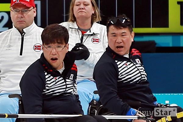 평창동계패럴림픽 휠체어컬링 한국 대 노르웨이의 준결승이 16일 오후 강릉 컬링센터에서 진행됐다. 서순석, 정승원 선수가 경기 도중 스톤이 제대로 오길 바라며 소리를 지르고 있다.