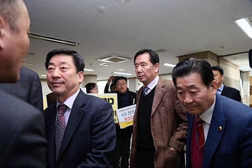 16일 인천시의회 본회의에서 하나 남아있던 4인 선거구를 2인선거구로 나누는 수정안을 발의한 박승희 의원(가장오른쪽, 서구4선거구, 자유한국당)이 인천시의회 본회의 회의장에 들어가고 있다.