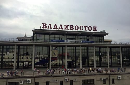 배는 점점 육지와 가까워져 블라디보스톡 항구에 다다른다.