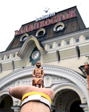 9288Km의 세상에서 가장 긴 철도, '시베리아 철도'의 시발점이자 종점인 블라디보스톡 역에서 찍은 소녀상