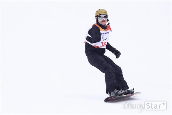 16일 오후 강원도 정선알파인스키센터에서 열린 2018평창패럴림픽 스노보드 남자 뱅크드 슬라롬에 박수혁 선수가 출전해 경기를 펼치고 있다.