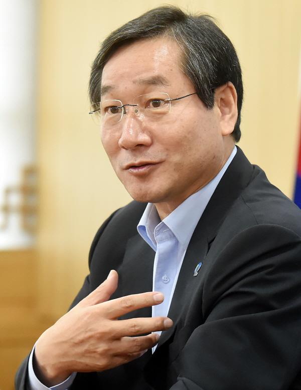 """""""자유한국당 전략공천"""" 유정복 인천시장에 대한 한국당의 전략공천이 확정됐다."""