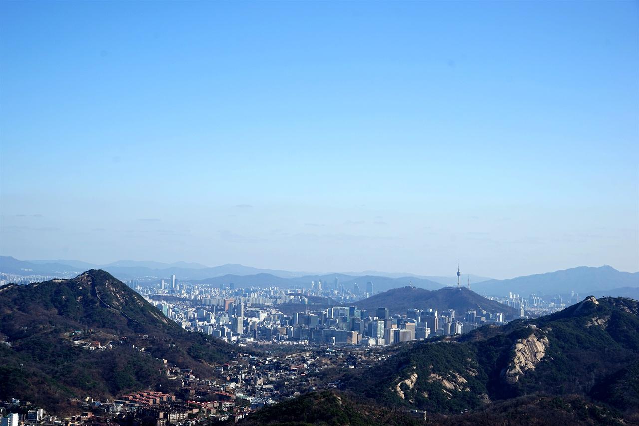 북악산과 인왕산 사이로 보이는 시내 풍경