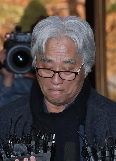 극단 단원에게 상습적으로 성폭력을 가한 의혹을 받는 연극연출가 이윤택 씨가 17일 오전 서울 종로구 서울지방경찰청에 출석, 취재진의 질문에 답하고 있다.