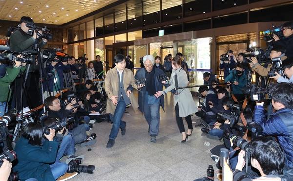 극단 단원에게 상습적으로 성폭력을 가한 의혹을 받는 연극연출가 이윤택 씨가 17일 오전 서울 종로구 서울지방경찰청에 조사를 받기 위해 출석하고 있다.