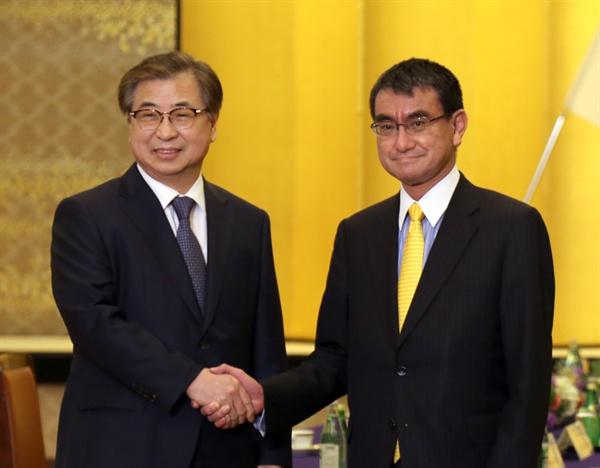서훈 국가정보원장(왼쪽)이 지난 12일 도쿄 이쿠라 공관에서 고노 다로 일본 외무상과 면담하기에 앞서 악수하고 있다. 서 원장은 남관표 청와대 국가안보실 2차장과 함께 이날 오후 일본을 방문했다.