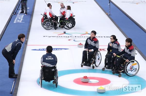 17일 오전 강원도 강릉컬링센터에서 열린 2018평창패럴림픽 컬링 3,4위 결정전에서 대한민국 휠체어 컬링 선수들이 캐나다 선수들과 경기 도중 작전을 짜고 있다.