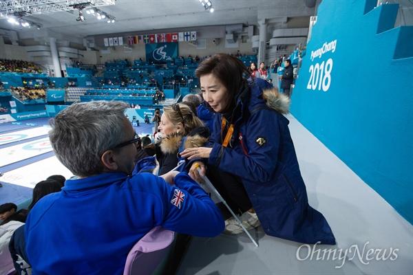 휠체어컬링 경기장 찾은 나경원 의원 국제패럴림픽위원회(IPC) 집행위원을 지낸 자유한국당 나경원 의원이 17일 오전 강원도 강릉컬링센터에서 열린 2018평창패럴림픽 컬링 3,4위 결정전 한국과 캐나다전을 보기 위해 방문했다.