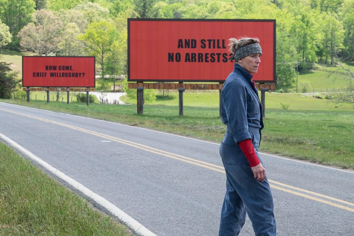 영화 <쓰리 빌보드>의 한 장면. 밀드레드(프랜시스 맥도먼드)는 대형 광고판에 참혹하게 살해 당한 딸의 사건을 제대로 수사할 것을 촉구하는 문구를 내건다.