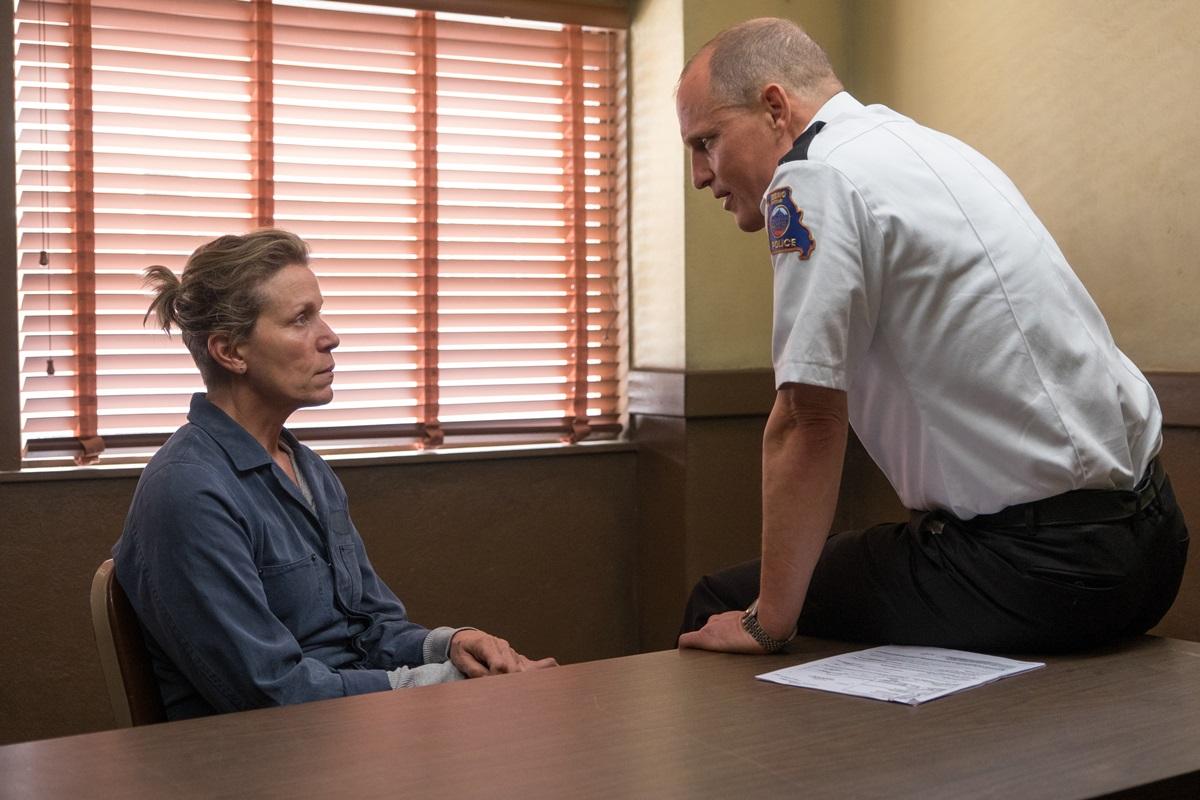 영화 <쓰리 빌보드>의 한 장면. 밀드레드(프랜시스 맥도먼드)는 지역 경찰서장 윌러비(우디 해럴슨)과 맞선다.