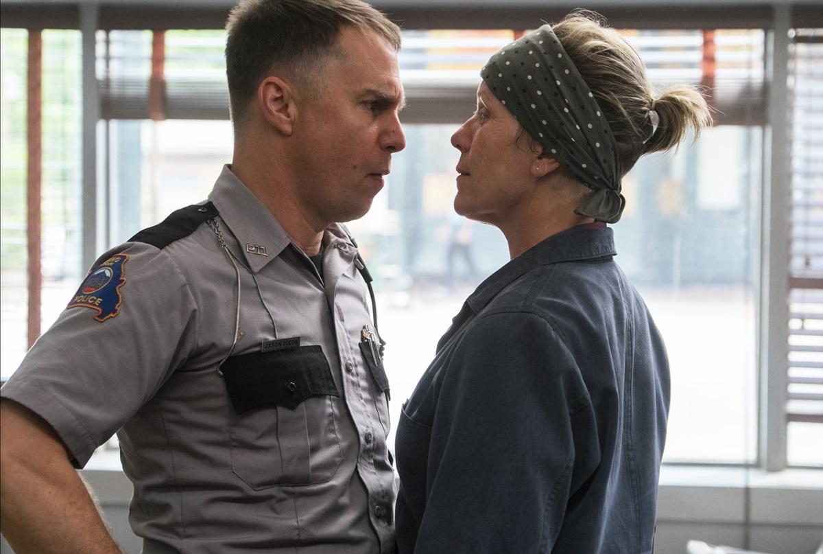 영화 <쓰리 빌보드>의 한 장면. 사고뭉치 경찰 딕슨(샘 록웰)은 사사건건 감정적으로 대응하면서 밀드레드(프랜시스 맥도먼드)와 갈등을 빚는다.