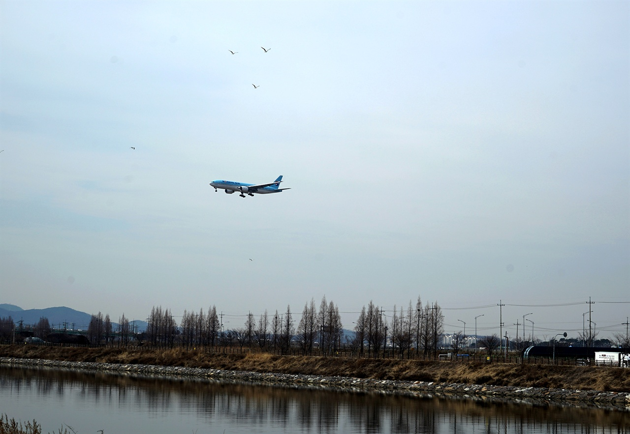 인천공항으로 날아가는 항공기