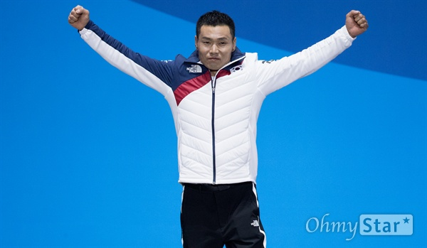노르딕스키 신의현 선수가 17일 오후 강원도 평창 올림픽메달플라자에서 열린 크로스컨트리 남자 7.5km 좌식 부문 수상식에서 금메달에 호명 되자 기뻐하며 팔을 들어올리고 있다.