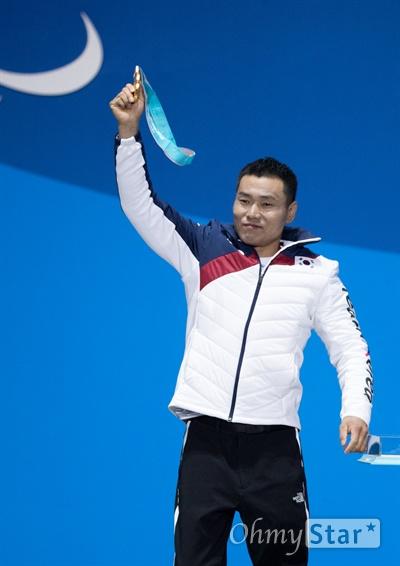 노르딕스키 신의현 선수가 17일 오후 강원도 평창 올림픽메달플라자에서 열린 크로스컨트리 남자 7.5km 좌식 부문 수상식에서 받은 금메달을 들어보이고 있다.
