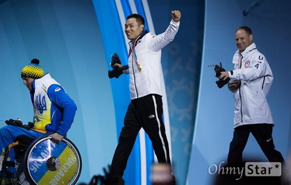 노르딕스키 신의현 선수가 17일 오후 강원도 평창 올림픽메달플라자에서 열린 크로스컨트리 남자 7.5km 좌식 부문 수상식에서 금메달을 받고 무대를 떠나고 있다.
