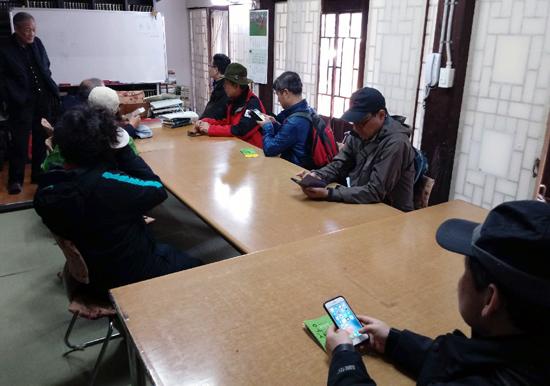 찾아온 답사자들에게 야수정에 대해 설명하고 있는 임수무 계명대 명예교수(왼쪽의 선 이)