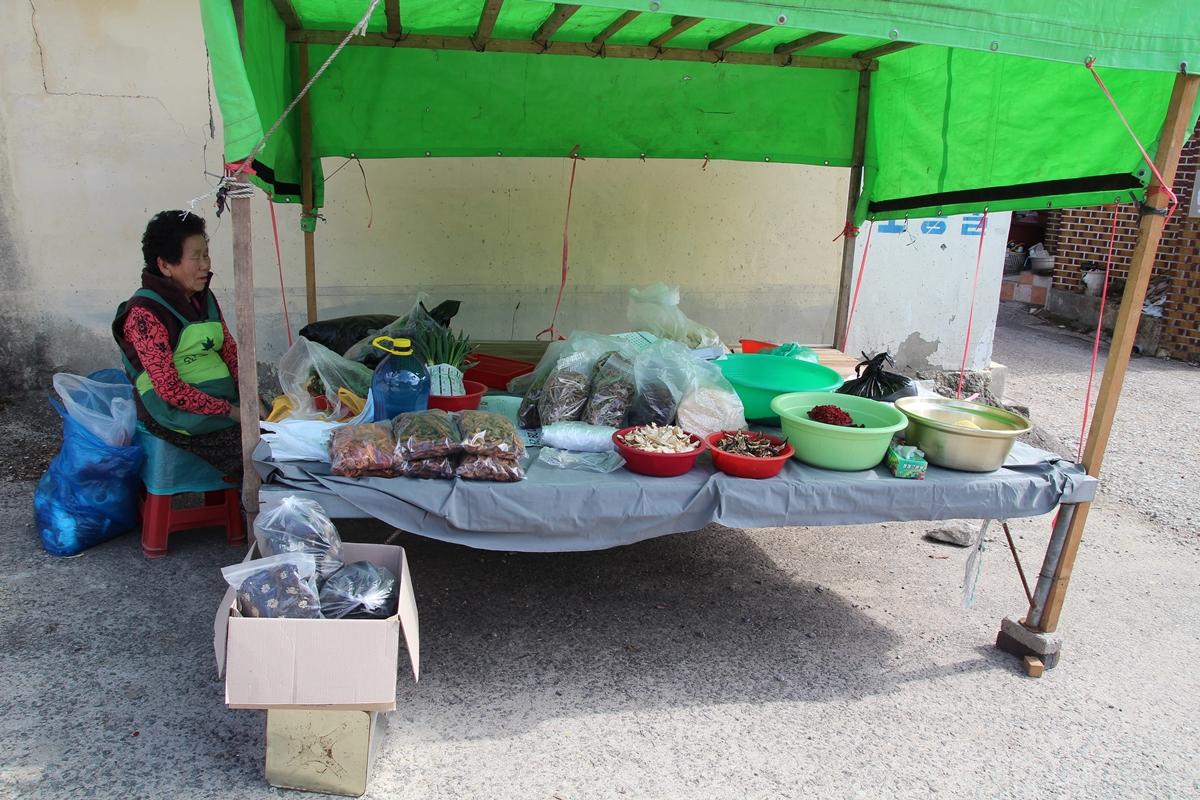 마을 고샅길에서 할머니가 직접 농사지었다는 농산물을 팔고 있다.