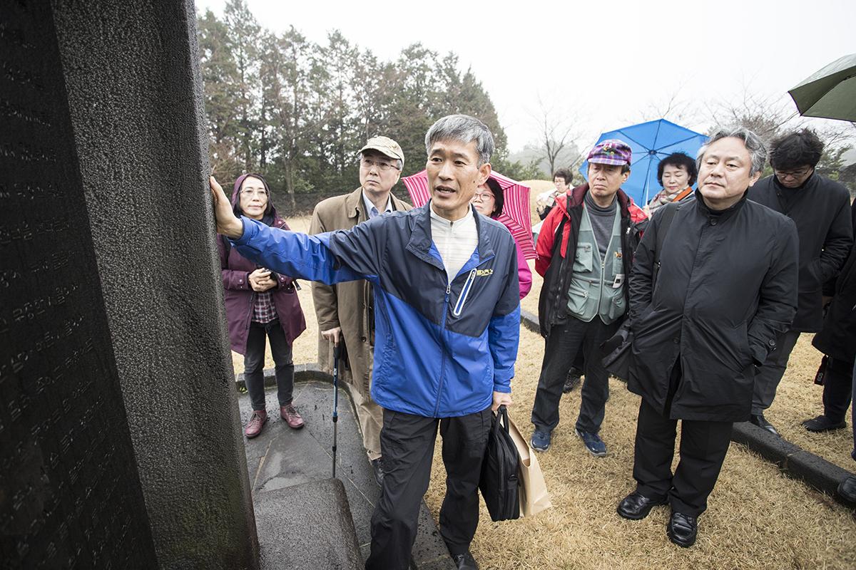 '2018 부활절 맞이 제주4.3 평화기행' 참가자들이 15일 오전 의귀마을 현의합장묘를 둘러보고 있다. 사진 오른쪽은 한국기독교교회협의회 이홍정 총무.