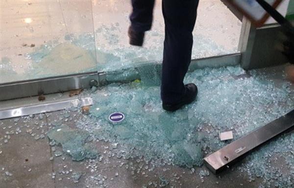총장 퇴진을 요구하는 학생들의 점거농성이 벌어진 서울 동작구 총신대학교에 18일 오전 용역들이 진입, 학생들과 충돌을 빚었다. 용역 진입 당시 깨진 유리문이 산산조각이 나 있다.