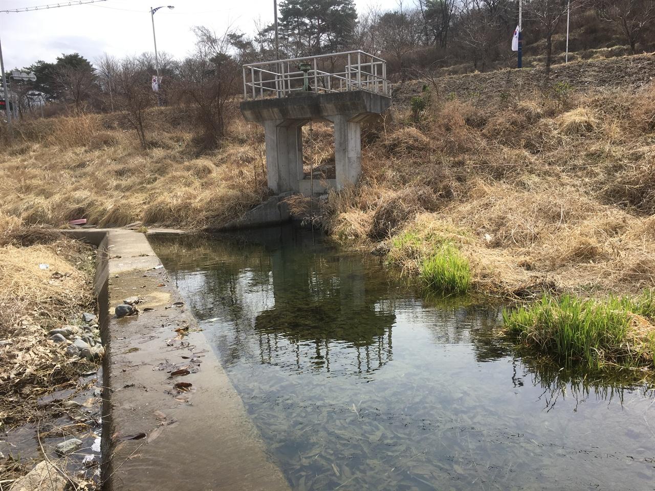 둑에 뚫린 보의 배출수문 이러한 배출수문은 농사철 물이 필요할 때에만 열어서 농토로 물길을 돌린다.