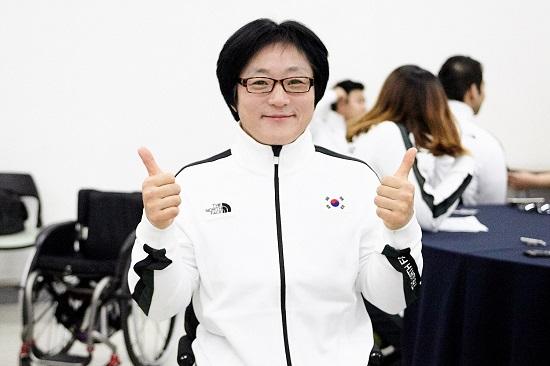 """올해 마흔여섯 살에 세 딸의 어머니인 이도연 선수는 """"2020년 도쿄패럴림픽에도 핸드싸이클 종목에 출전할 것""""이라고 말했다."""