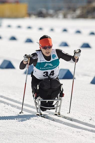 """좌식 크로스컨트리 서보라미 선수가 휠체어를 타고 훈련을 하고 있다. 그는 """"휠체어가 눈밭 위를 간다는 게 쉬운 일은 아니다""""라고 말했다."""