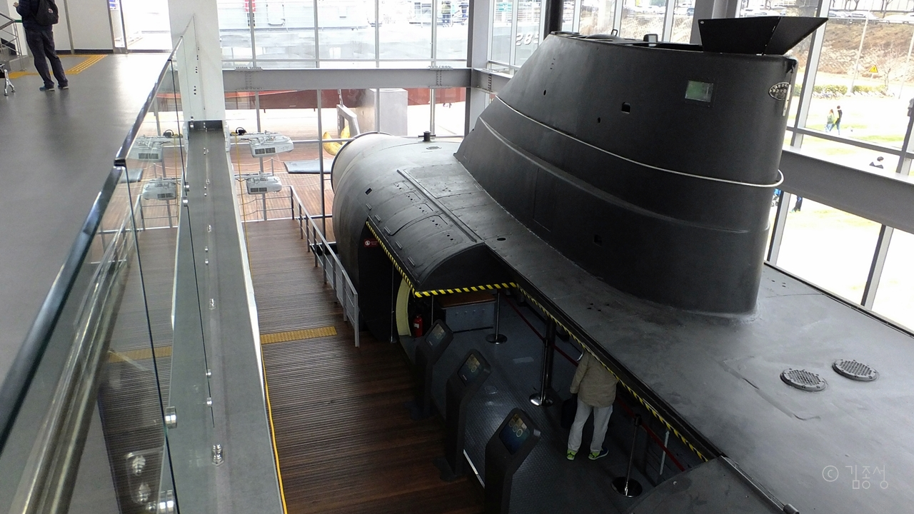 영화에서나 봤던 잠수함 내부를 상세히 관찰할 수 있다.