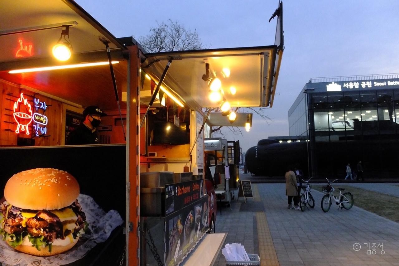 서울함 공원 앞에서 운영중인 푸드트럭.