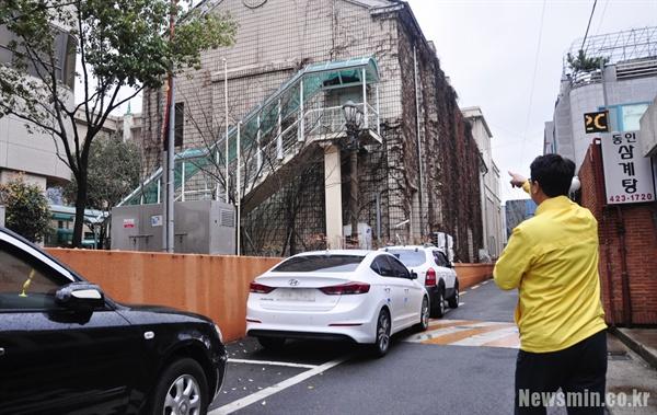 장태수 서구의원(정의당 대구시당 위원장)이 2005년 당시 대구시의원들이 잠입했던 비상구를 가리키고 있다.