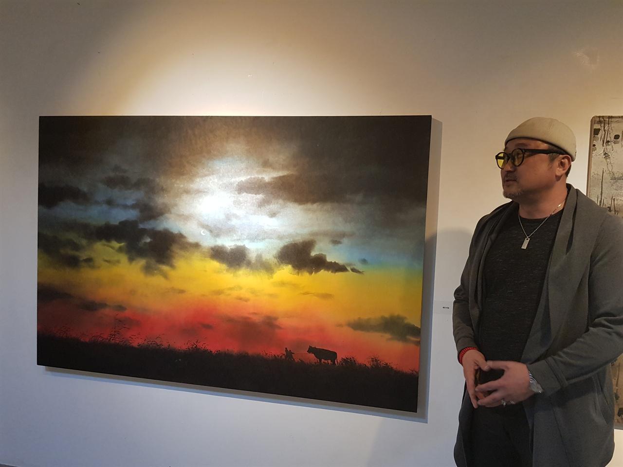 붉은 하늘.  허달용.  122 x184cm.  한지에 수묵채색.  2018 / 허달용 작가가 직접 작품에 대해 설명을 하고 있다.