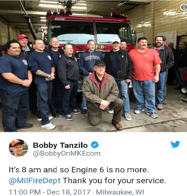 지난 142년 동안 밀워키 시 브래디 스트리트(Brady Street)를 지켜왔던 엔진 6 소방대원들이 예산삭감으로 소방서 문을 닫는 날 아침 소방차 앞에서 마지막으로 기념촬영을 하고 있다.