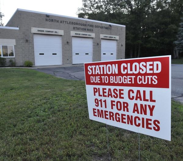 2015년 매사추세츠 주 소속 노스 애틀버러(North Attleborough) 소방서는 예산삭감 문제로 저녁 8시부터 아침 8시까지 출동업무를 하지 못했다.
