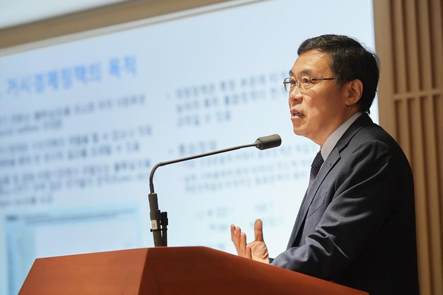 19일 서울 중구 한국은행 삼성본관에서 열린 기자간담회에서 이일형 한국은행 금융통화위원이 '거시경제정책의 효율적 운영'이라는 주제로 발표하고 있다.