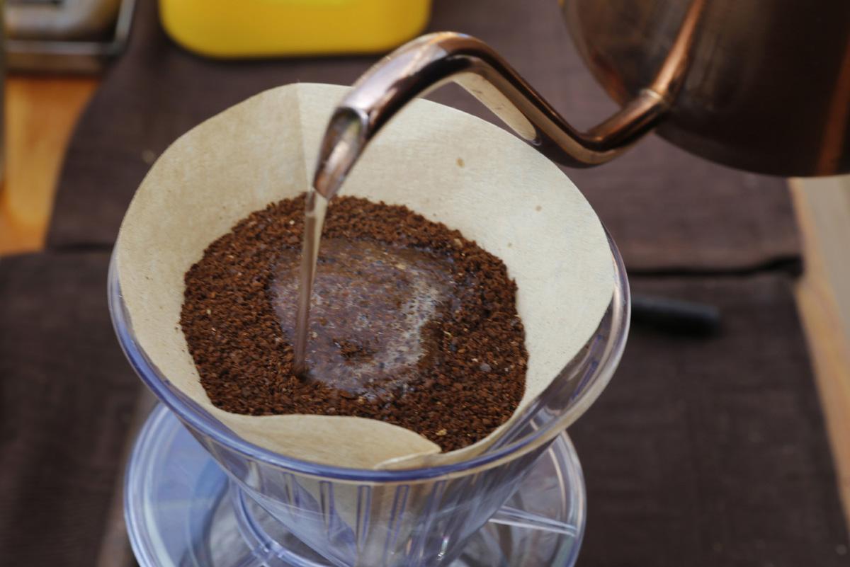 담양커피 체험장에서 커피를 내리는 모습. 담양커피농장에서는 커피 열매를 따서 볶고 분쇄해서 직접 내려 마시기까지 커피의 모든 과정을 체험할 수 있다.