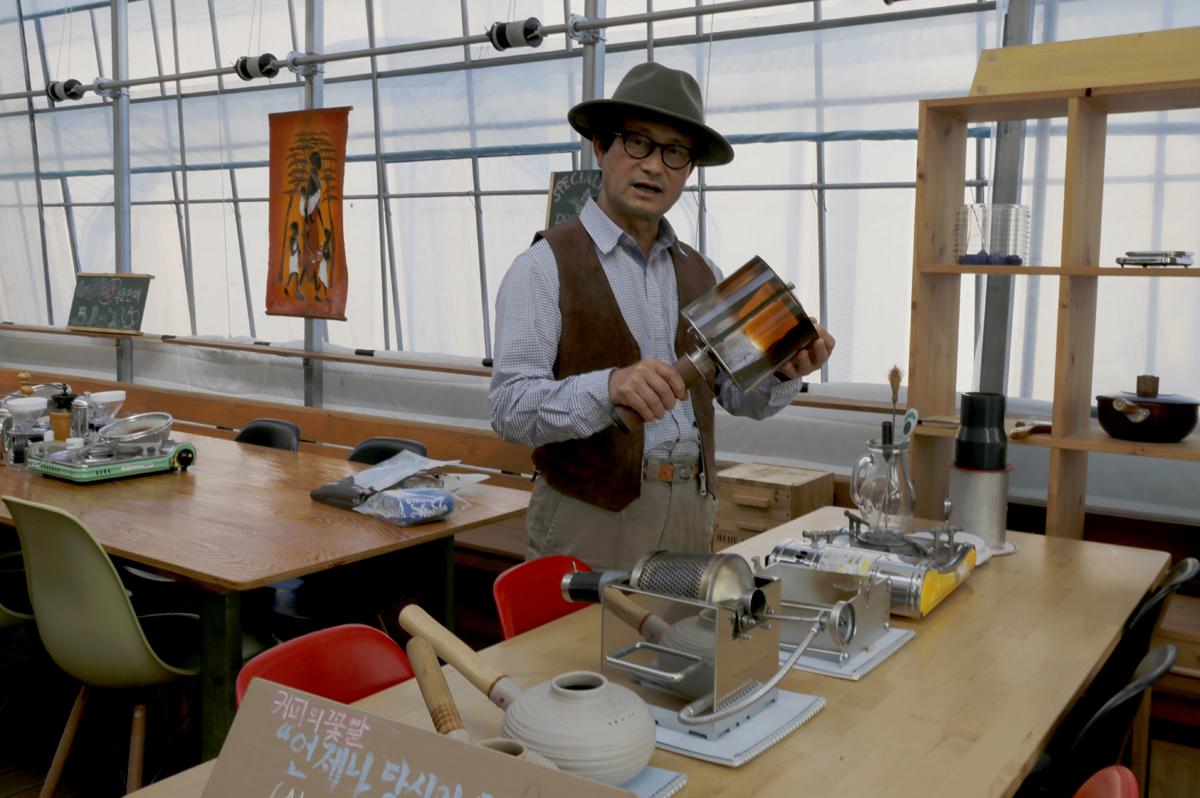 임영주 대표가 담양커피농장의 체험과정을 소개하고 있다. 이곳에서는 커피열매를 따서 볶고 분쇄해서 직접 내려 마시기까지 커피의 모든 과정을 체험할 수 있다.