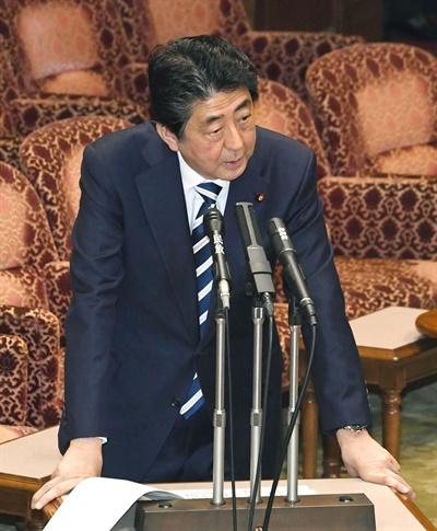 국회서 '문서조작' 파문 답변하는 아베 아베 신조(安倍晋三) 일본 총리가 19일 참의원 예산위원회에 출석해 사학스캔들과 관련한 의원들의 질의에 답변하고 있다.
